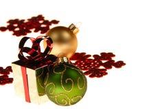 De gift en de ornamenten van Kerstmis royalty-vrije stock foto's
