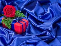 De gift met nam op zijdestof toe Royalty-vrije Stock Afbeeldingen