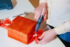 De gift rood verpakkend document van de vrouwenomslag Stock Foto