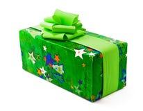 De gift van Chrismas die in Groenboek met bogen wordt verpakt Stock Afbeelding