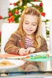De gift van de meisjestekening voor Kerstmis Stock Afbeeldingen