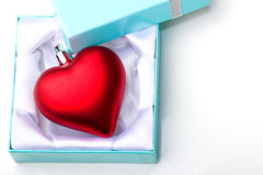 De gift van het de liefdesymbool van het hart in de Valentijnskaart van de juwelendoos Stock Fotografie