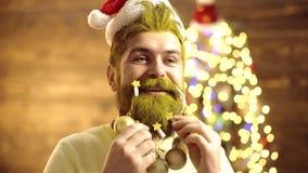 De gift van het nieuwjaar De Kerstman _2 Knappe modieuze gebaarde mens Portret van brutale rijpe Santa Claus Sluit omhoog portret stock video