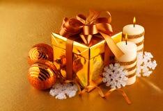 De gift van Kerstmis in gouden doos met boog Royalty-vrije Stock Foto's