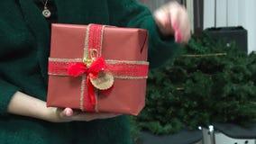 De Gift van Kerstmis van de holding van de vrouw stock footage