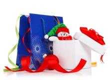 De gift van Kerstmis met linten en boog Stock Afbeelding