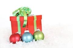 De gift van Kerstmis met ornamenten Stock Foto's