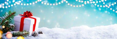De gift van Kerstmis in de sneeuw stock fotografie