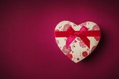 De gift van Valentine ` s op een purpere achtergrond stock fotografie