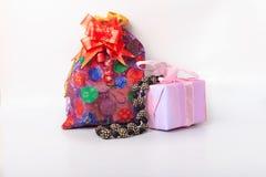 De gift wordt geplaatst voor viert Kerstmis en valentijnskaartendag die stock foto