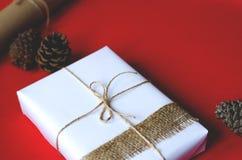 De gift wordt ingepakt in retro stijl op een rode achtergrond royalty-vrije stock afbeelding