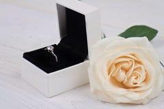 De giftdoos en bloemen van overeenkomstenring in Liefde, Huwelijk, Huwelijk Stock Foto
