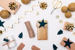 De giftdoos met streng en de ster onder feestelijke vlakte leggen kader stock fotografie