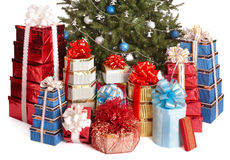 De giftdoos van de groep, Kerstmisboom met blauwe bal. Stock Foto