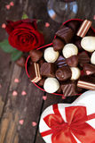 De Giftdoos van de Mother'sdag met rode rozen en chocolade Royalty-vrije Stock Foto's