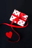 De giftdoos van de valentijnskaartendag en rood hart op donkere achtergrond met c Stock Afbeeldingen