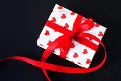 De giftdoos van de valentijnskaartendag en rood hart op donkere achtergrond met c Stock Foto's