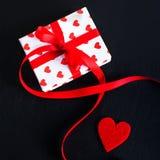 De giftdoos van de valentijnskaartendag en rood hart op donkere achtergrond met c Stock Afbeelding