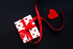 De giftdoos van de valentijnskaartendag en rood hart op donkere achtergrond met c Stock Fotografie