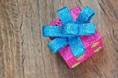 De giftdoos van Kerstmis met blauwe boog. Stock Fotografie