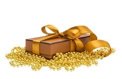 De giftdoos van Kerstmis met Kerstmisbal Royalty-vrije Stock Afbeeldingen
