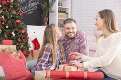 De giftdoos van vrouwen verpakkende Kerstmis royalty-vrije stock afbeeldingen