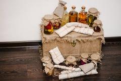 De giftdoos wordt ingepakt in jute, met huisproducten in omslagen Eigengemaakte Met de hand gemaakte worsten voorraden naar huis  royalty-vrije stock foto