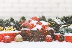 De giftdozen op sneeuw decorarte met Kerstmisornamenten, sneeuw is F royalty-vrije stock foto's