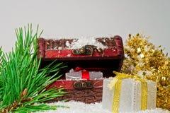 De giftdozen van schoonheidskerstmis met lint en pijnboomtakken royalty-vrije stock afbeelding