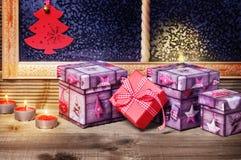 De giften en de kaarsen van Kerstmis Stock Foto's