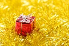 De giften en de slinger van de Kerstmisdecoratie Stock Foto's
