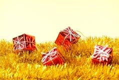 De giften en de slinger van de Kerstmisdecoratie Stock Fotografie