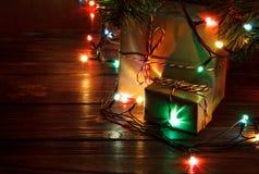 De giften onder de Kerstboom steekt achtergrond aan Stock Afbeeldingen