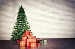 De giften, stelt Kerstmisboom voor Stock Foto's