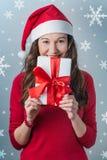 De giften van de de vrouwenholding van Kerstmis stock foto's