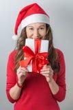 De giften van de de vrouwenholding van Kerstmis royalty-vrije stock foto