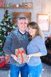 De giften van de echtpaarholding in handen die, die en elk glimlachen koesteren Stock Foto