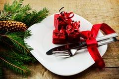 De giften van de Kerstmisplaat met pijnbomen houten oppervlakte Stock Afbeeldingen