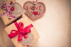 De giften van de valentijnskaartendag overhandigen genaaide harten oud document Royalty-vrije Stock Foto