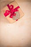 De giften van de valentijnskaartendag overhandigen genaaide harten oud document Royalty-vrije Stock Afbeeldingen