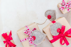 De giften van de valentijnskaartendag overhandigen genaaide harten oud document Stock Foto