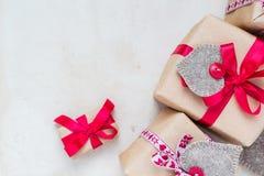 De giften van de valentijnskaartendag overhandigen genaaide harten oud document Stock Foto's