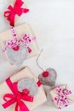 De giften van de valentijnskaartendag overhandigen genaaide harten oud document Royalty-vrije Stock Foto's