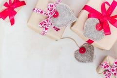 De giften van de valentijnskaartendag overhandigen genaaide harten oud document Stock Afbeelding