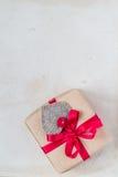 De giften van de valentijnskaartendag overhandigen genaaide harten oud document Royalty-vrije Stock Fotografie