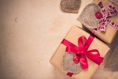 De giften van de valentijnskaartendag overhandigen genaaide harten oud document Stock Afbeeldingen