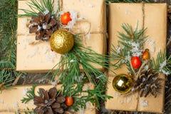 De giften van het luxenieuwjaar, verschillende huidige die dozen onder Kerstboom in vakantievooravond, Kersttijdviering, huis wor stock foto's