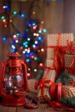 De giften van het nieuwjaar met rood lint De giften van verpakkingskerstmis Garla royalty-vrije stock foto
