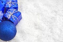 De giften van Kerstmis in de sneeuw Stock Fotografie