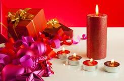 De giften van Kerstmis en vier kaarsen Royalty-vrije Stock Foto's